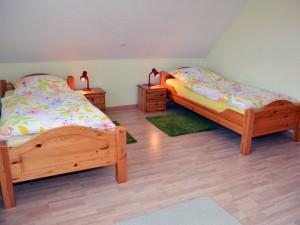 Schlafzimmer mit 2 Einzelbetten im Obergeschoss