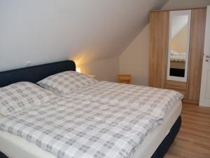 Schlafzimmer mit Doppelbett (1. Stock)