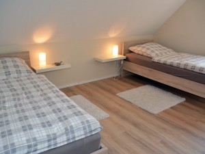 Schlafzimmer mit 2 Einzelbetten im 1. Stock