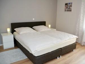 Schlafzimmer mit Doppelbett, Erdgeschoss